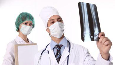 Vrach-sdelaet-rentgen-i-vpravit-vyvih-1024x579