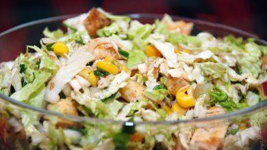 Salat s pekinskoj kapustoj, kurinym file i kukuruzoj