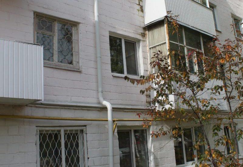 Stena-chetyrehjetazhnogo-doma-zacvela-ot-syrosti-e